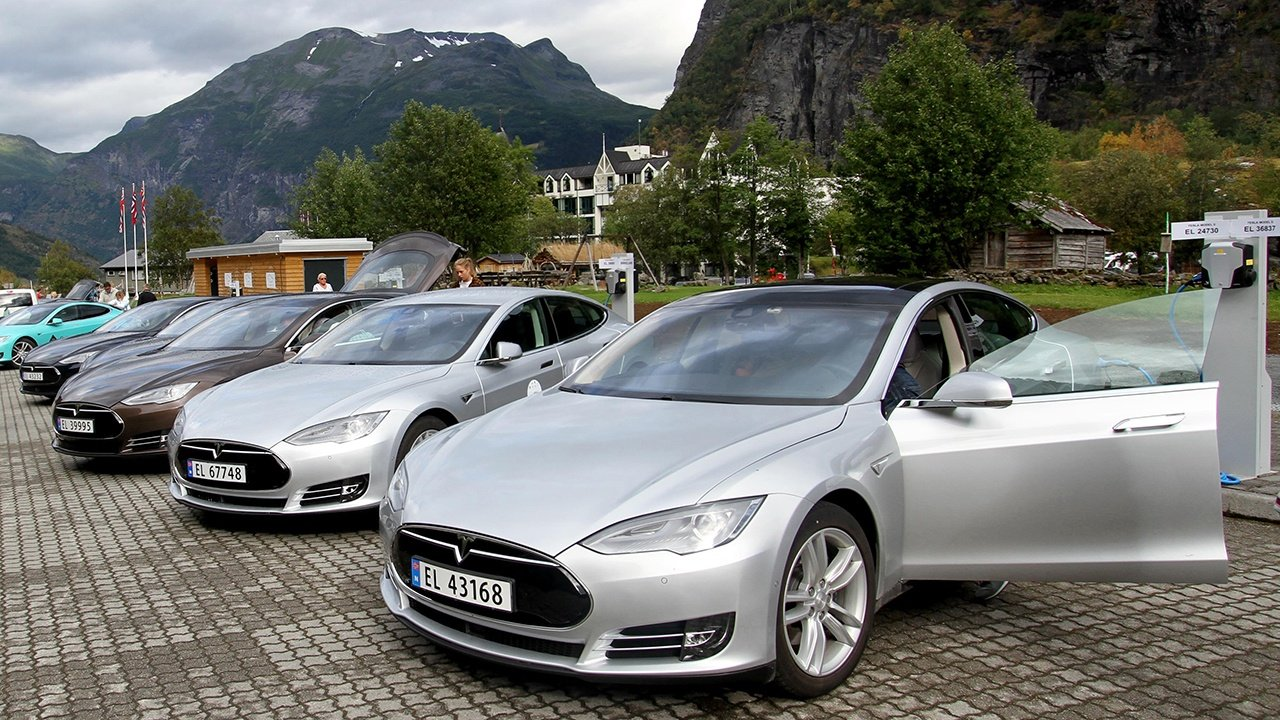 Five_Tesla_Model_S_electric_cars_in_Norway