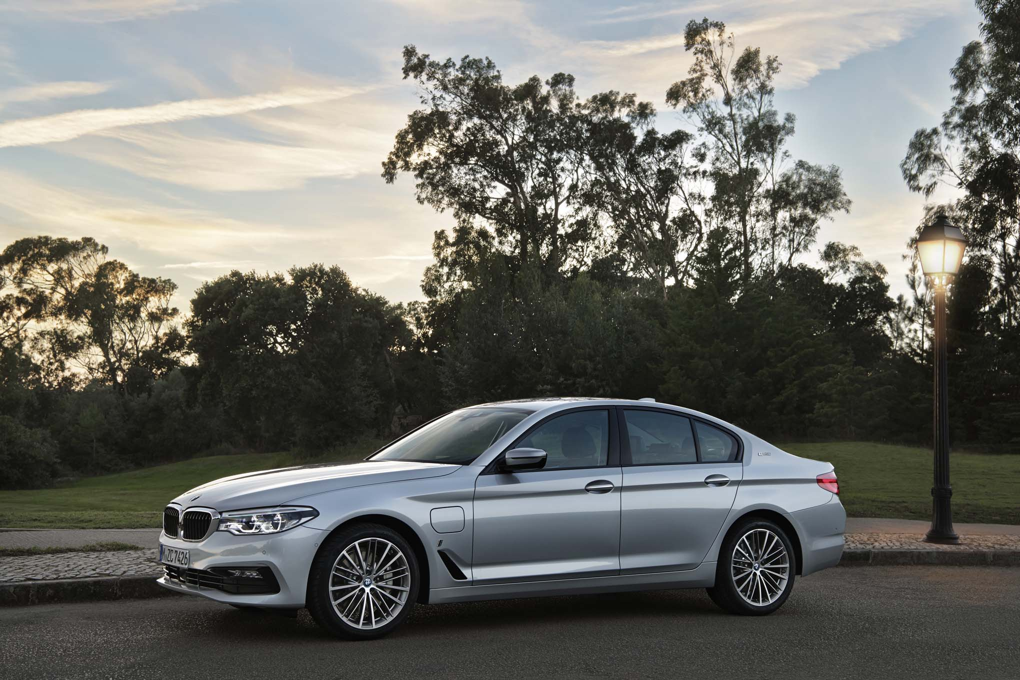 2018-BMW-530e-iPerformance-Euro-Spec-front-side-02