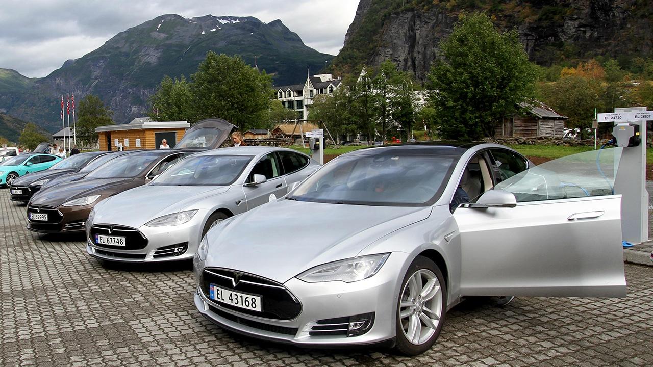 Five_Tesla_Model_S_electric_cars_in_Norway