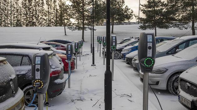 Electric vehicles charging in a winter landscape: Temperature also plays a vital role in determining charging speed.